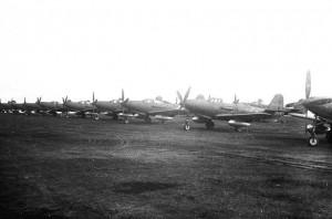 Sovietine atributika pažymėta amerikietiška aviacija – praktiškai už ačiū atiduoti ištisi eskadronai Bell P-39 Airacobra naikintuvų.