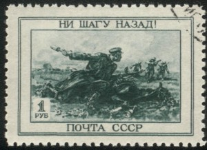 Tipinė sovietūchinė propaganda – vienišas karys prie kritusio arklio atmušinėja fašistų ordą. Realybėjė – arklį greičiausiai pašovė čekistai, kad raudonarmietis niekur nepabėgtų ir pamatę vokiečius dėjo į krūmus, palikdami vyrioką epiniame zapadlo.